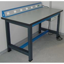 Etabli équipé électriquement poste de travail avec prise de courant